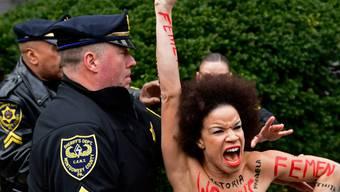 Polizisten führen eine Demonstrantin ab, die sich Cosby vor dem Gericht in den Weg gestellt hatte.