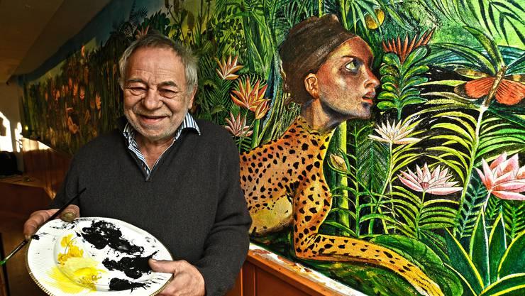 René Noël vor seinem Kunstwerk, für das er sich von Rousseau inspirieren liess.