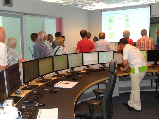 Viele Monitore im Kontrollraum