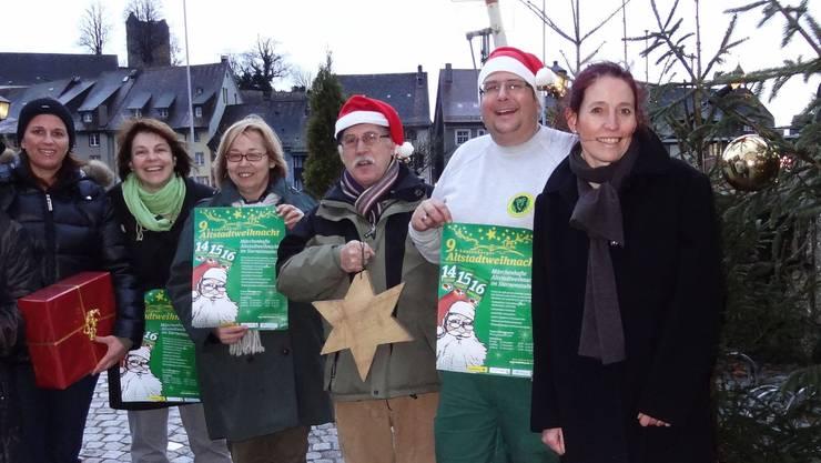 Vertreterinnen und Vertreter des Altstadtteams und der Organisatoren der Altstadtweihnacht in Laufenburg von hüben und drüben präsentieren das Plakat der weihnachtlichen Veranstaltung, welche ein abwechslungsreiches Rahmenprogramm verspricht. - Foto: chr