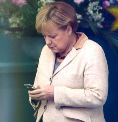 Merkel am Handy.