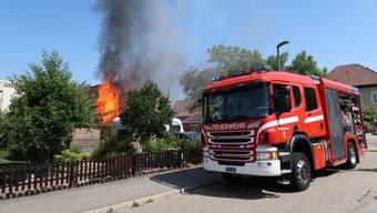 Nach einem Brandausbruch in einem Doppeleinfamilienhaus in einem Zofinger Wohnquartier rückten Feuerwehr und Polizei an den Einsatzort aus. Personen wurden dabei keine verletzt. Der Sachschaden ist beträchtlich.