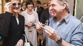 Soviel Gold und Glitzer braucht eine Sonnenbrille: Bundesrätin Simonetta Sommaruga (links) und Swatch-Chef Nick Hayek bei der Eröffnung der Baselworld.