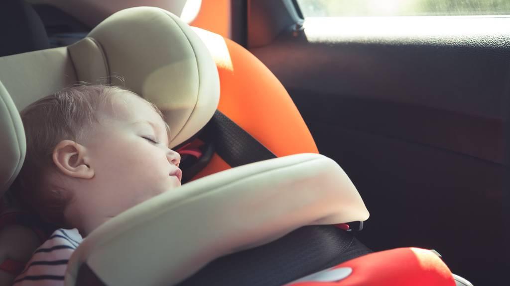 Babys und Kleinkinder sollte man auf keinen Fall alleine im Auto lassen. (Symbolbild)