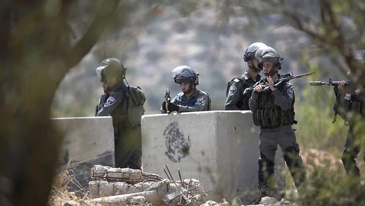 Israelische Soldaten in der Nähe der palästinensischen Stadt Ramallah.(Archiv) Israelische Sicherheitskräfte haben nach einer erneuten Messerattacke einen Palästinenser erschossen.