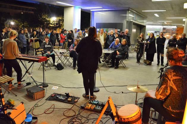 Junge Bruggerinnen und Brugger haben beim Eisi eine Wahlveranstaltung für die Stadtammann-Wahlen vom 24. September organisiert, inklusive Bar, Infostand und Konzert mit der Beteiligung der Brugger Bands Frank Powers und Ellas.