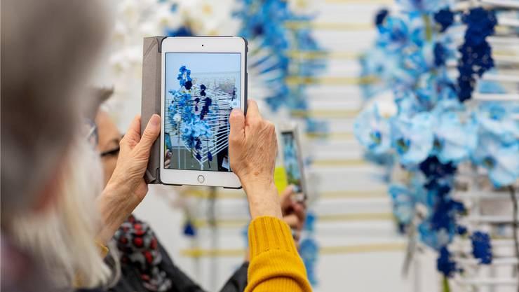 Nicht nur Handys, auch Tablets wurden bei «Blumen für die Kunst» in grosser Zahl eingesetzt.