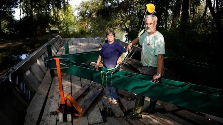 Vreni und Simon auf der alten Fähre mit dem grünen Drahtseilträger.