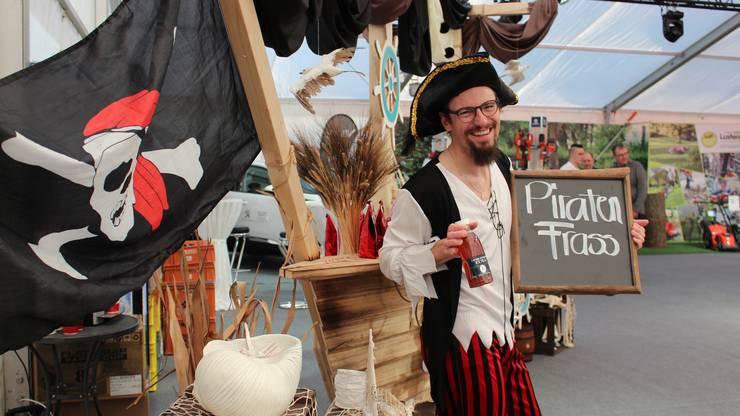 Bäcker-Weltmeisterinnen-Berufsbildner Kevin Sollberger bei seinem Piratenschiff.