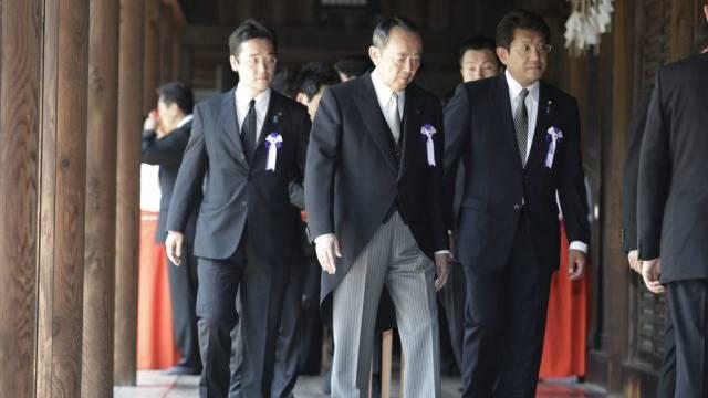 Japanische Regierungsmitglieder im umstrittenen Yasukuni-Schrein