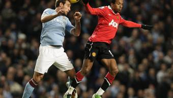 Luftduell zwischen Manchester Citys Pablo Zabaleta (links) und Nani