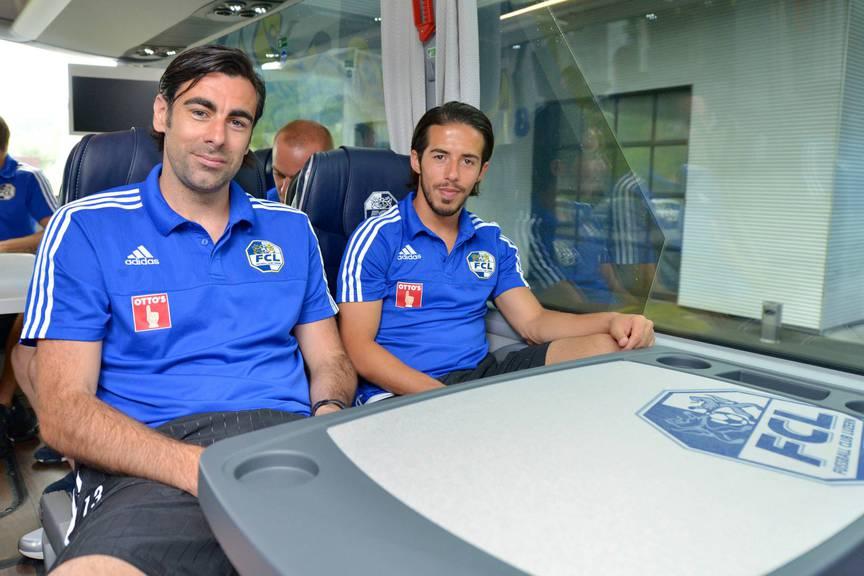 Tomislav Puljic (links) und Jahmir Hyka (rechts) im neune Teambus.