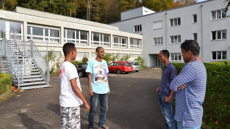 Einige Asylsuchende vor der «Fridau»