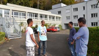 Asylsuchende vor der ehemaligen Klinik Fridau in Egerkingen. (Archiv)