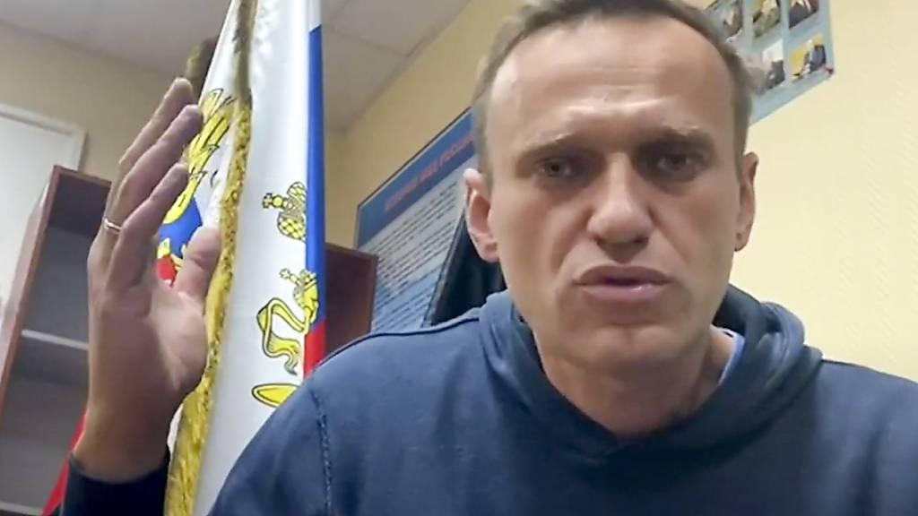 HANDOUT - Das Videostandbild des Youtube-Kananals «Navalny Life» zeigt Kremlkritiker Alexej Nawalny, wie er in einer Polizeistation in Chimki im Moskauer Gebiet auf eine Gerichtsverhandlung wartet. Foto: --/Navalny Life/AP/dpa - ACHTUNG: Nur zur redaktionellen Verwendung im Zusammenhang mit der aktuellen Berichterstattung und nur mit vollständiger Nennung des vorstehenden Credits