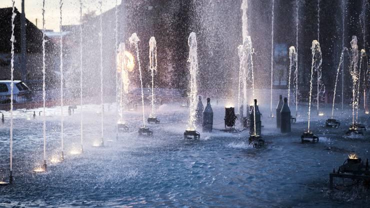 Während drei Wochen steht auf dem Schlieremer Stadtplatz der Brunnen von Urs Habegger.