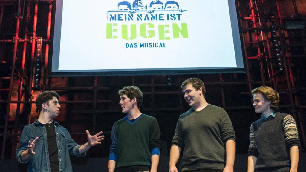 """Im März geht's los: Quereinsteiger Jan Simon Messerli (2.v.l.) steht als """"Eugen"""" erneut auf der Musicalbühne (Archiv)."""