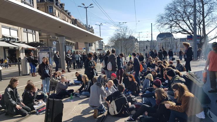 Über 70 Schüler und Schülerinnen demonstrierten am Montagmittag gegen Sparmassnahmen.