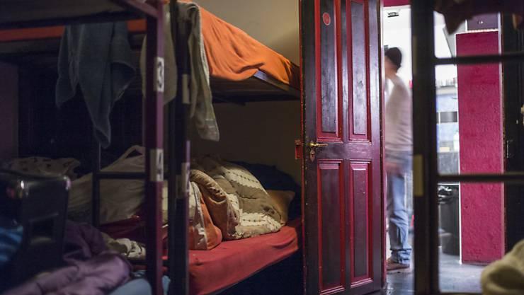 Wer wenig Geld hat, hat es oft schwer, eine Wohnung zu finden - und landet unter Umständen in einer Notschlafstelle (Symbolbild).