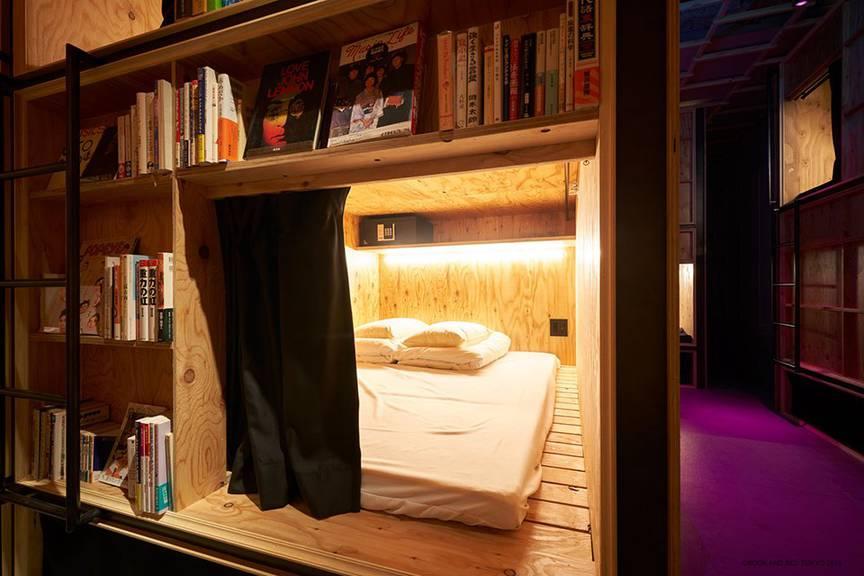 Hier riecht es nach Büchern: das B&B der speziellen Art (Bild: bookandbedtokyo.com).
