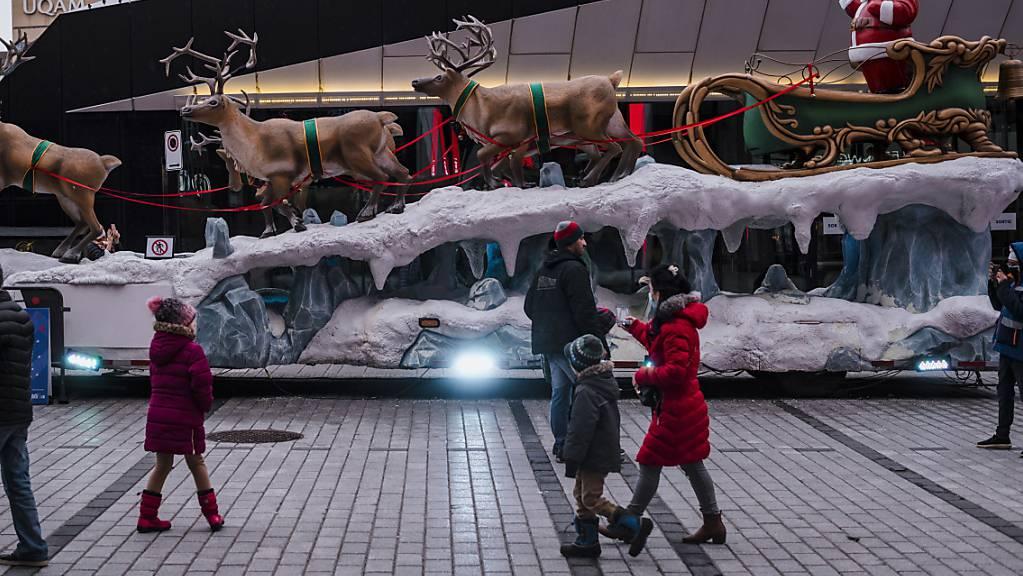 Montreal erlebt die wärmsten Weihnachten in seiner Geschichte. Die Rentiere und der Schlitten des Weihnachtsmannes sind nur auf künstlichem Schnee zu bewundern.