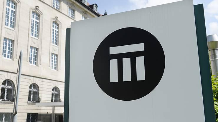 Der Rückversicherer Swiss Re leidet unter den Verwerfungen an den Aktienmärkten aber auch unter Ereignissen wie der Verschiebung von Olympia. (Archivbild)