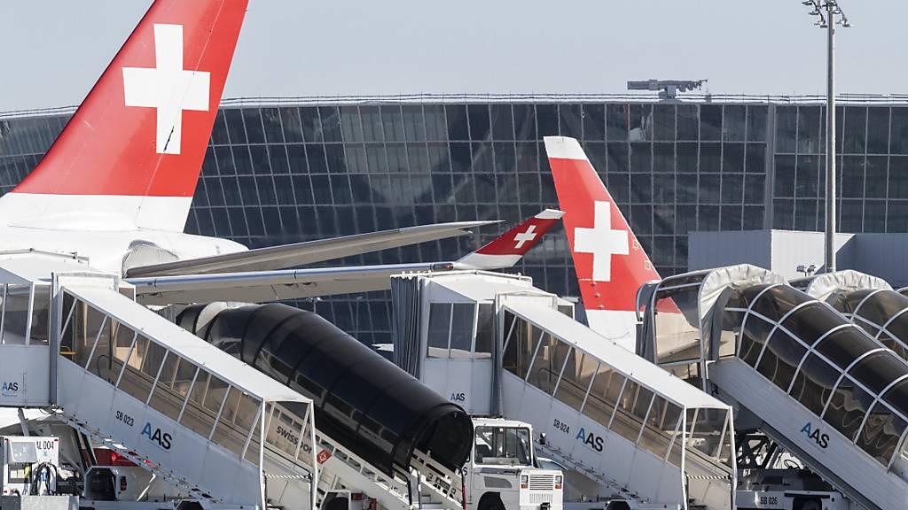 Am Flughafen Zürich hat der Flugverkehr im Dezember verglichen mit November zugenommen. Gegenüber dem Vorjahr liegen die Flugbewegungen aber weiterhin auf einem sehr tiefen Niveau.(Archivbild)