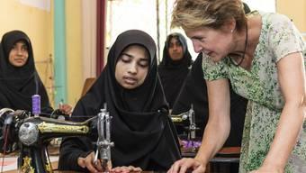 Simonetta Sommaruga besucht in Sri Lanka ein Berufsbildungsprojekt, wo Mädchen zu Schneiderinnen ausgebildet werden.