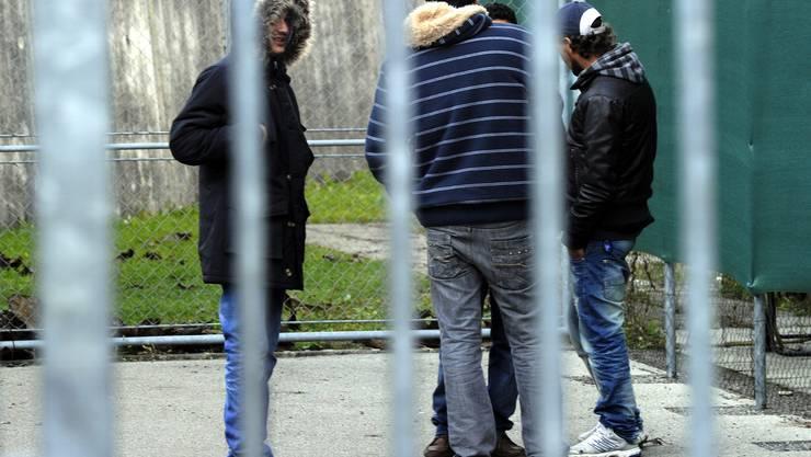 Die SVP würde renitente Asylsuchende am liebsten hinter Gittern sehen. Im Bild: Junge Asylbewerber im Empfangs- und Verfahrenszentrum in Chiasso.