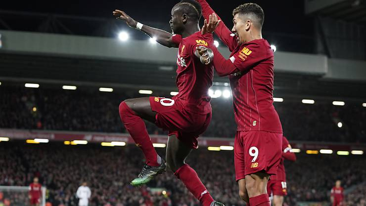 Der FC Liverpool jubelt auch im neuen Jahr: Torschütze Sadio Mané und Roberto Firmino nach dem 2:0 gegen Sheffield United