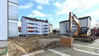 Baugrube inmitten anderer Wohnblocks neben dem Mühlemattschulhaus.