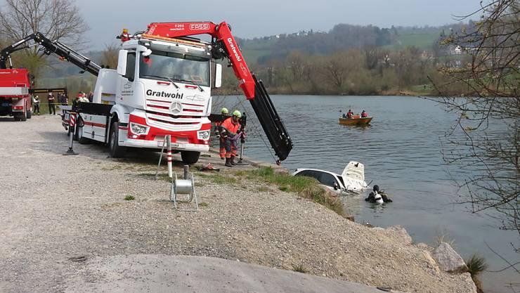 Polizeitaucher und ein Kranunternehmen bargen den Porsche Cayenne aus der Reuss.