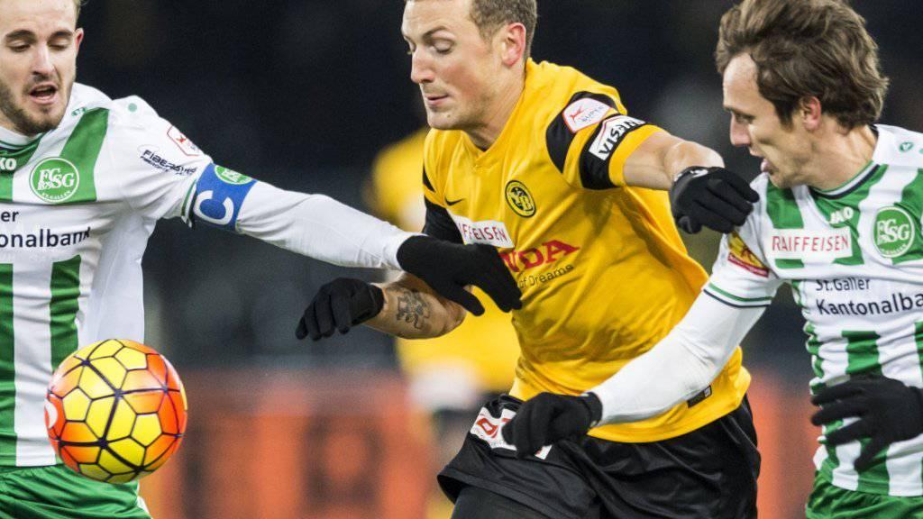 Alexander Gerndt (Bildmitte) stürmt auch künftig für die Young Boys