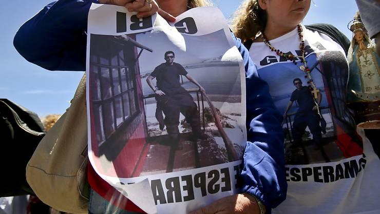 Angehörige der argentinischen U-Boot-Besatzung warten auf der Marine-Basis in Mar de Plata verzweifelt auf Neuigkeiten zum Verbleib ihrer Bekannten.