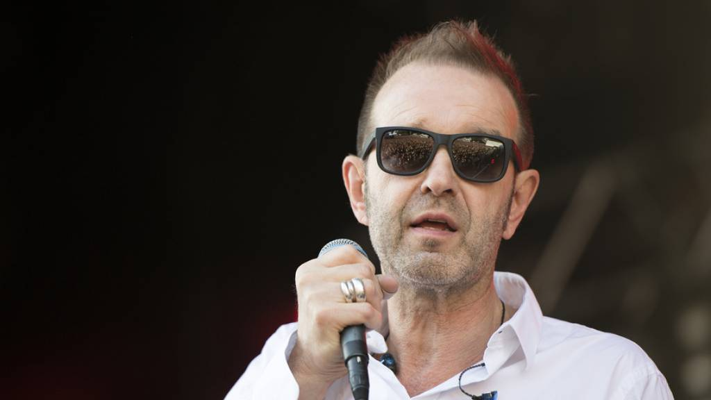 Kuno Lauener, Frontmann von Züri West, am 14. Juli 2017 auf der Hauptbühne am Gurten Festival in Bern - kurz zuvor, am gleichen Tag, hatte er die Diagnose Multiple Sklerose erhalten, wie er nun in einem Interview bekannt gab. (Archivbild)