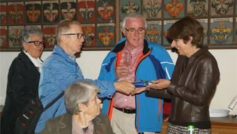 Der Aargauer Verein St. Gallen und Umgebung war in Aarau zu Besuch, dabei übergab Hansjürg Brack Stadtpräsidentin Jolanda Urech ein Paar Olma-Bratwürste. Sibylle Haltiner