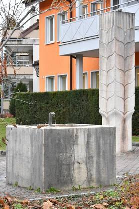 Der Brunnen zu 1100 Jahre Dulliken, dahinter der untere Teil der stehenden Ähre.