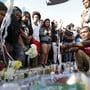 Die Trauer-Kundgebungen für den erschossenen Rapper XXXTentacion setzten sich in der Nacht auf Mittwoch fort: im Fairfax Distrikt in Los Angeles blockierten Hunderte von Fans eine Strassenkreuzung.