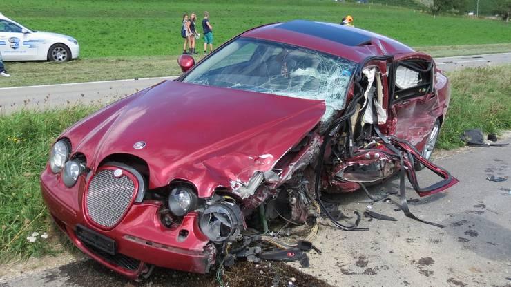 Der Autofahrer musste mit schweren Beinverletzungen ins Spital gebracht werden.