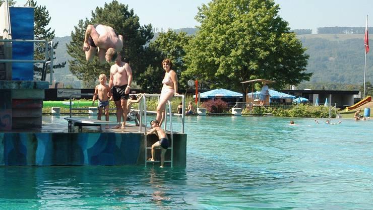 Damit sich die Würenloser auch weiterhin im Schwimmbad vergnügen können, wird dieses in den nächsten Jahren schrittweise saniert. (DM)