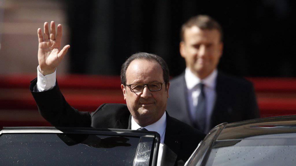 François Hollande verabschiedet sich. Im Hintergrund Frankreichs neuer Präsident Emmanuel Macron