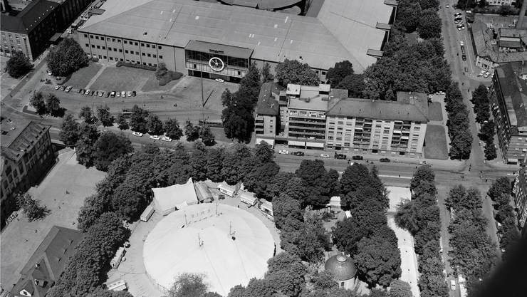 Die Rosentalanlage im Jahr 1964 aus der Vogelperspektive, als der Zirkus Knie auf dem Platz gastierte. Rechts unten die ehemalige Friedhofskapelle von Architekt Melchior Berri, links das Rosentalschulhaus, das in den 1970er-Jahren dem Muba-Parkhaus weichen musste.