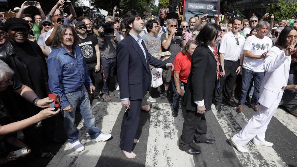 Stau am Fussgängerstreifen: Beatles-Fans feiern in London das 50-jährige Jubiläum des legendären «Abbey Road»-Albumcovers.