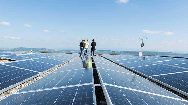 Rentieren heute auch ohne staatliche Zuschüsse: Photovoltaik-Anlagen, hier auf einem Schuldach in Neuchâtel.