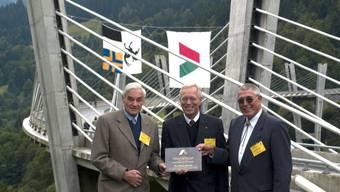 Brückenplaner Professor Christian Menn (ganz links) vor einem seiner Meisterwerke, der Sunnibergbrücke im Prättigau GR. Die schlanke, elegante Brücke ist das Wahrzeichen der Umfahrung Klosters GR.