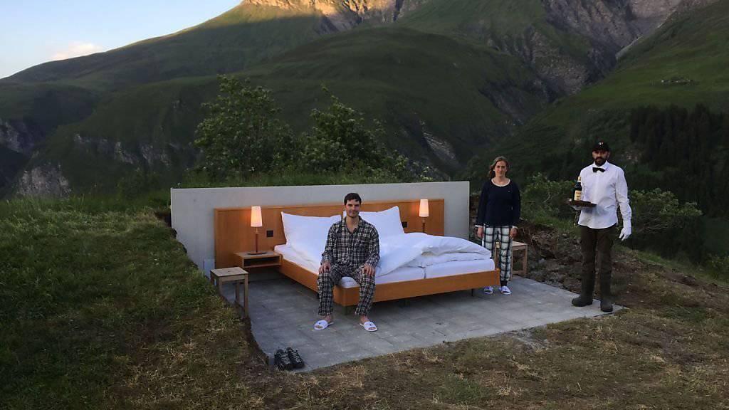 Thomas Buchli, Gemeindepräsident der Gemeinde Safiental, und Ehefrau Tanja im Null-Stern-Bett auf 1800 Metern über Meer.