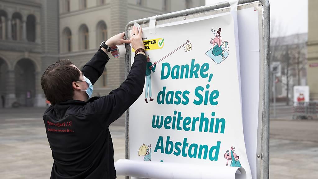 Das Bundesamt für Gesundheit fordert die Bevölkerung in der Corona-Pandemie mit Plakaten wie hier auf dem Bundesplatz in Bern dazu auf, trotz Lockerungsmassnahmen weiterhin achtsam zu sein.