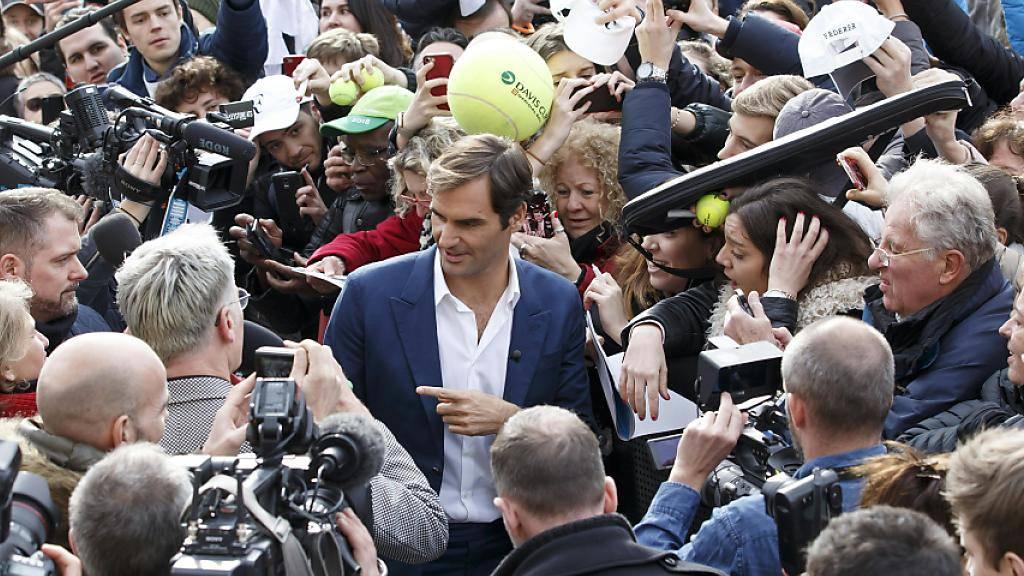 Anschliessend nahm sich Federer viel Zeit für Autogrammwünsche