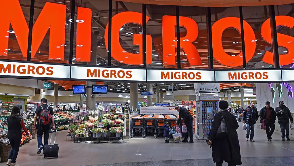 Die Migros hat im Corona-Jahr 2020 von einem florierenden Detailhandelsgeschäft und einem Boom  im Online-Handel profitiert. (Archivbild)