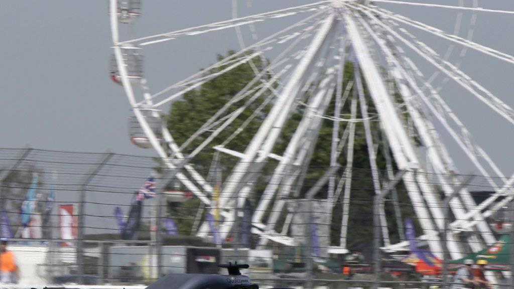 Lewis Hamilton fährt im ersten Training in Silverstone die Bestzeit